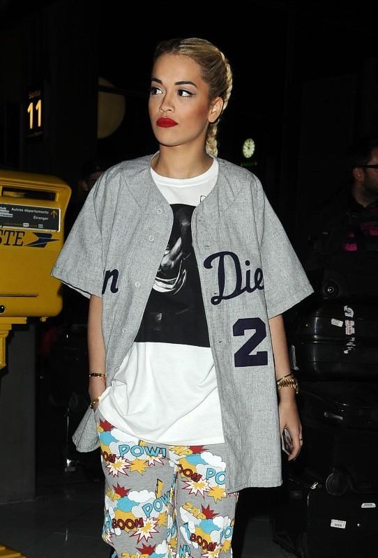 Rita Ora le 26 février 2013 à l'aéroport de Roissy, à Paris