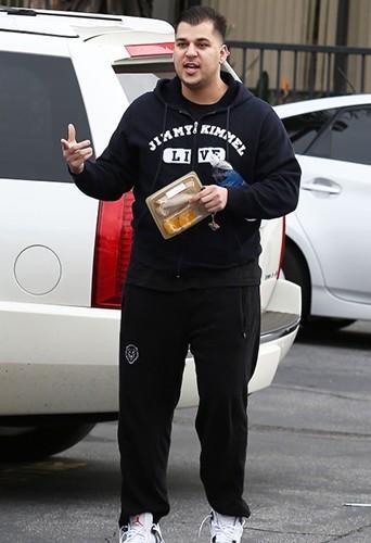 Rob Kardashian : il a pris 20 kilos ! Ici dans les rues de Los Angeles en février 2013.