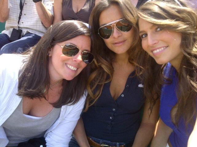 Dans les gradins avec ses deux copines !