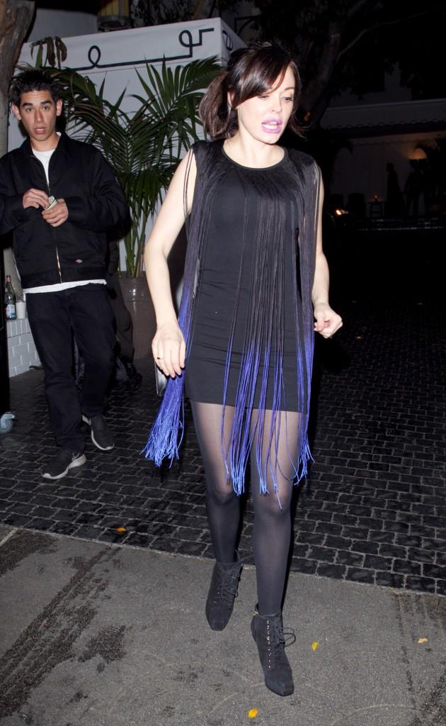 Photos : Rose McGowan : lèvres fluorescentes et mini-robe à franges, la star accumule les faux-pas !