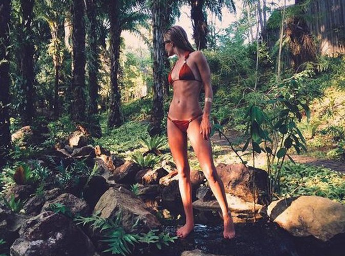 Rosie Huntington-Whiteley : côtes apparentes en bikini, la top anglaise trop skinny ?