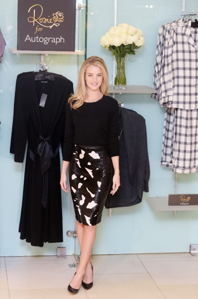 Rosie Huntington-Whiteley en promo pour Marks & Spencer à Londres, le 16 octobre 2013.