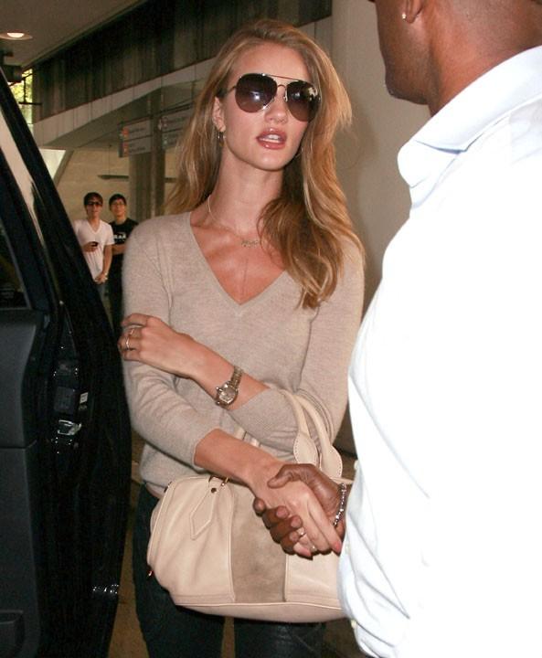 L'actrice s'est mise à nue pour Burberry, mais même en pull elle est jolie !