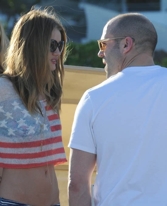 Rosie Huntington-Whiteley et Jason Statham à la beach party de Paris Hilton le 4 juillet 2013 à Malibu