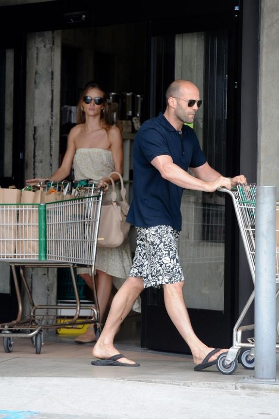 Rosie Huntington-Whiteley et son chéri Jason Statham faisant leurs courses à Malibu, le 3 juillet 2011.