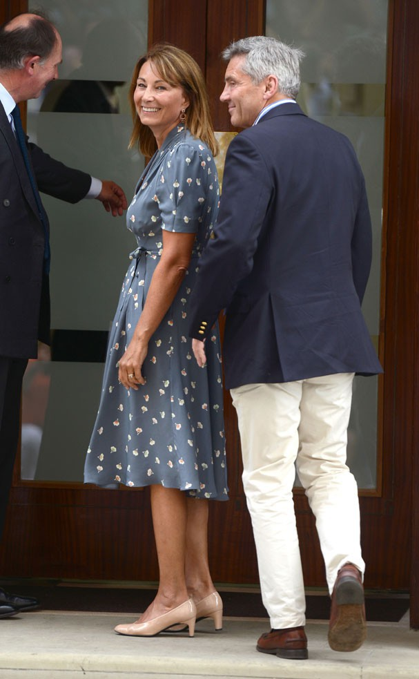 Carole et Michael Middleton à la porte de Lindo Wing, à Londres, le 23 juillet 2013