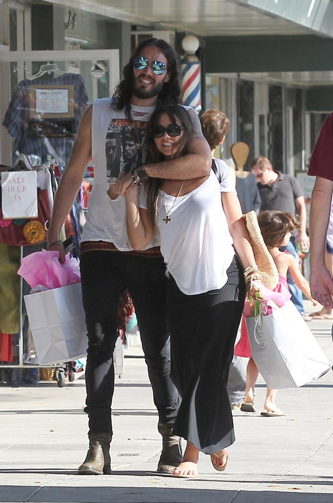 Russell Brand et isabella Brewster le 21 juillet 2012 à Los Angeles