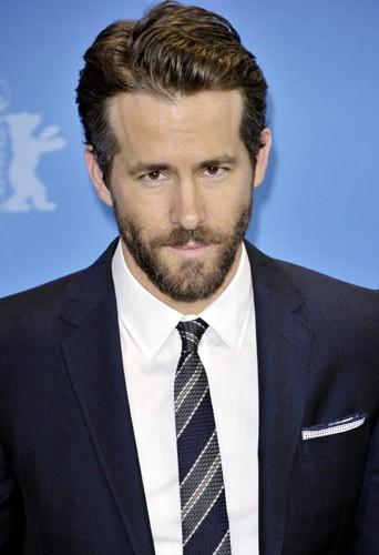 Photos : Ryan Reynolds méconnaissable dans son nouveau rôle de Deadpool !