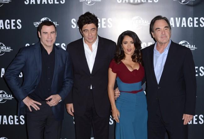John Travolta, Benicio Del Toro, Salma Hayek et Oliver Stone lors de la première du film Savages à Londres, le 19 septembre 2012.
