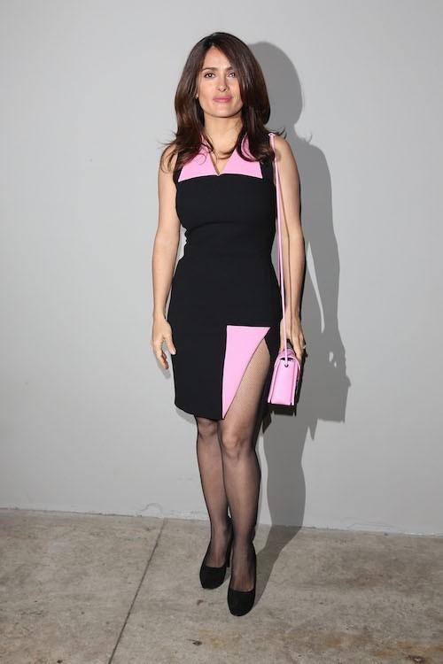 Photos : Salma Hayek : en petite jupe fendue pour la Fashion Week, le froid ne l'atteint pas !