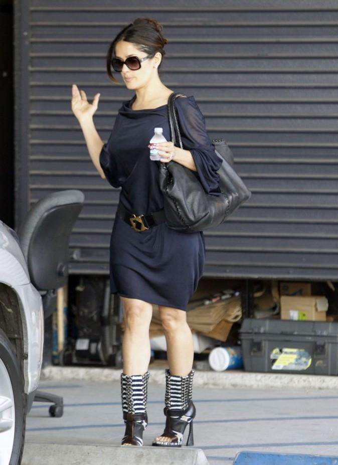 Sac géant, ceinture géante, chaussures géantes, bouteille miniature...