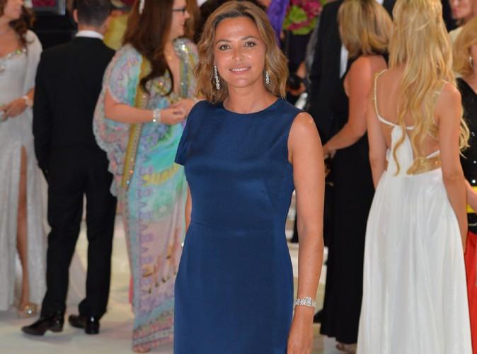 Sandrine Quétier : peau bronzée et robe fendue pour sa participation au Gala de la Croix Rouge à Monaco !