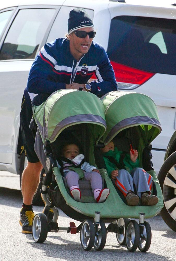 Photos : Matthew McConaughey derrière la poussette !