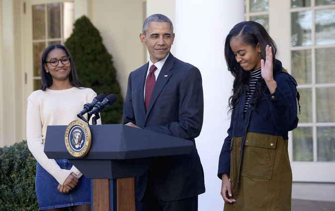 Photos : Sasha et Malia Obama : complices avec leur papa pour gracier la dinde de Thanksgiving !