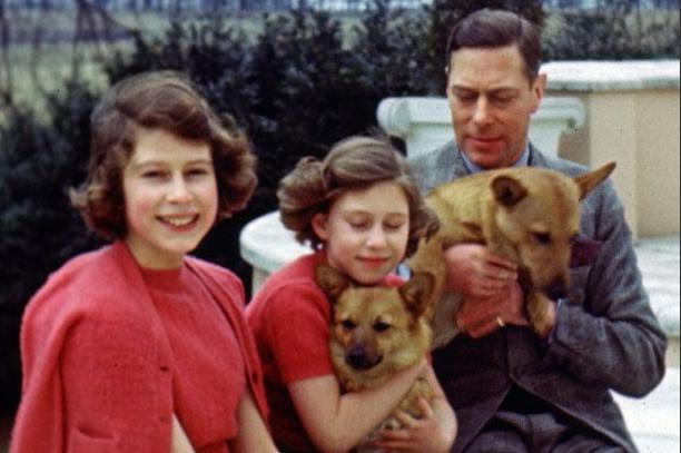 Photos : Saurez-vous retrouver qui est cette adorable fillette qui pose avec sa soeur et son père ?