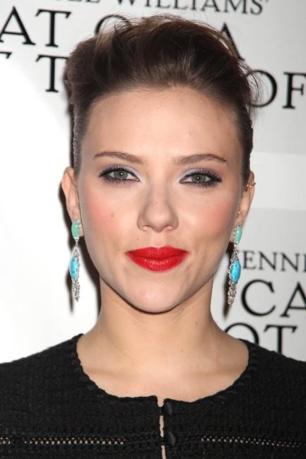 """Scarlett Johansson lors de la soirée de lancement de la pièce de théâtre """"La chatte sur un toit brûlant"""" à New York, le 17 janvier 2013."""