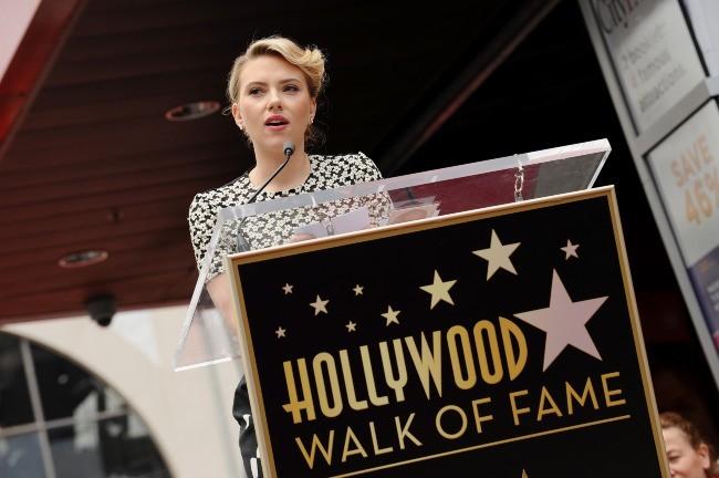 Scarlett Johansson honorée sur le Walk of Fame à Los Angeles, le 2 mai 2012.
