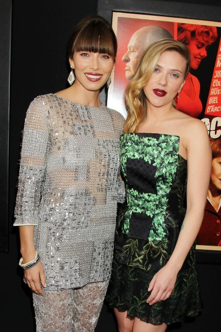 """Jessica Biel et Scarlett Johansson lors de la première du film """"Hitchcock"""" à New York, le 18 novembre 2012."""