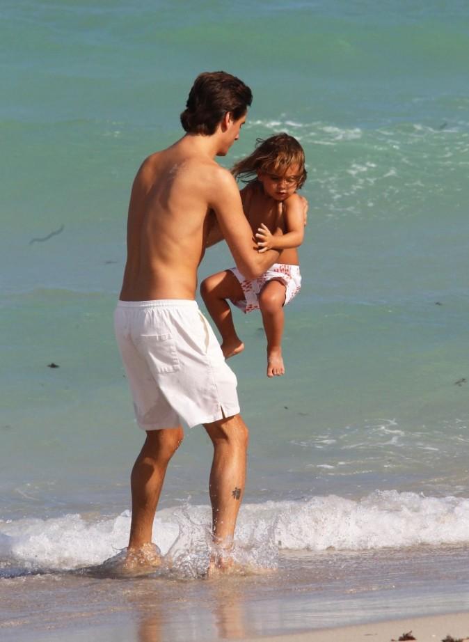 Scott Disick et Mason à la plage à Miami, le 18 septembre 2012.