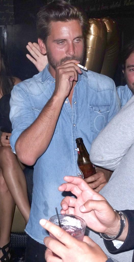 Photos : Scott Disick : la clope au bec, la bouteille de bière à la main… le chéri de Kourtney grillé en pleine débauche !