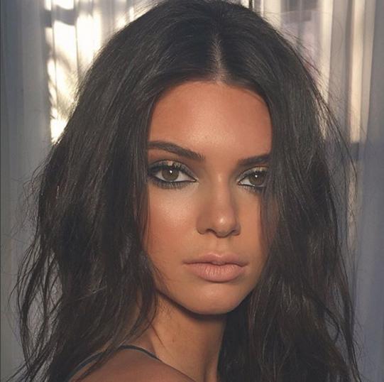 Kendall Jenner a un visage resplendissant