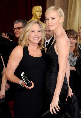 Charlize Theron et sa maman à Los Angeles le 2 mars 2014