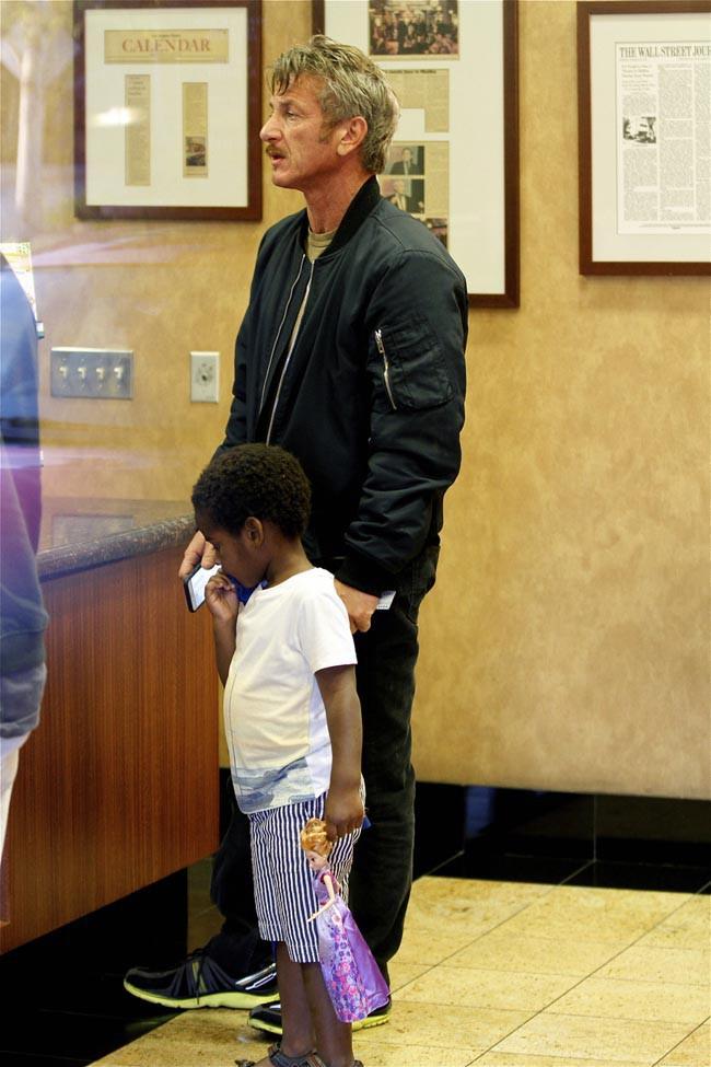 Sean Penn avec Jackson, le fils de Charlize Theron, à Los Angeles le 30 mars 2015