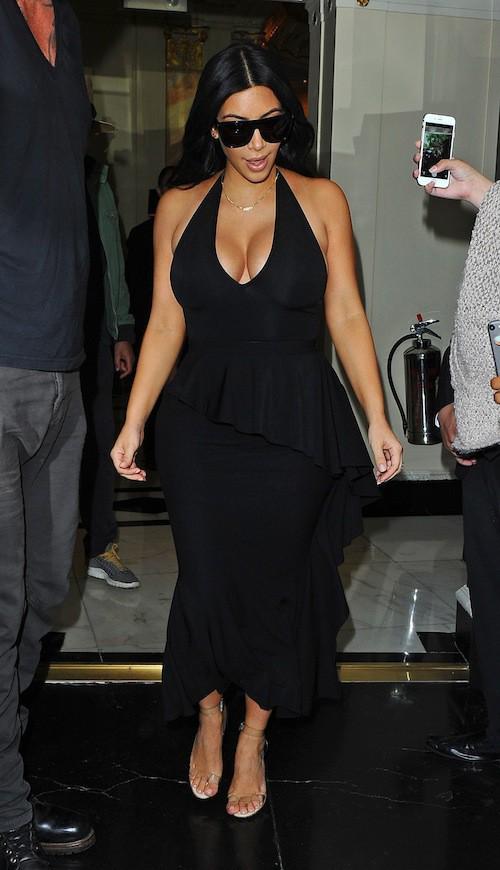 Photos : seins en avant, Kim Kardashian met Londres en émoi !