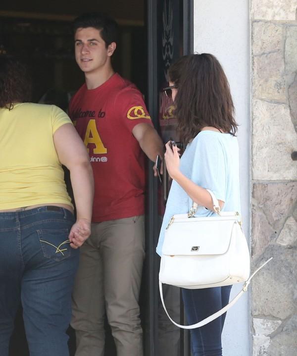 Selena Gomez en compagnie de David Henrie à Hollywood le 8 juin 2013