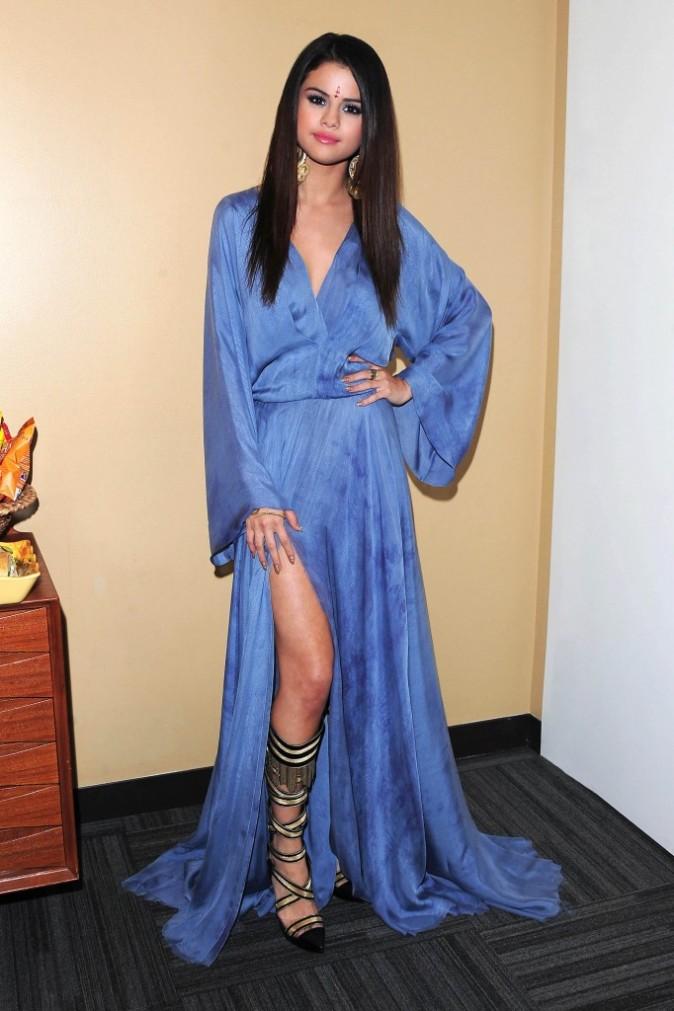 """Selena Gomez dans les coulisses de l'émission """"Ellen DeGeneres Show"""" à Los Angeles, le 16 avril 2013."""