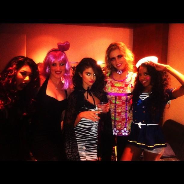 Selena Gomez déguisée pour célébrer Halloween lors de son concert à Montréal au Canada, le 30 octobre 2011.