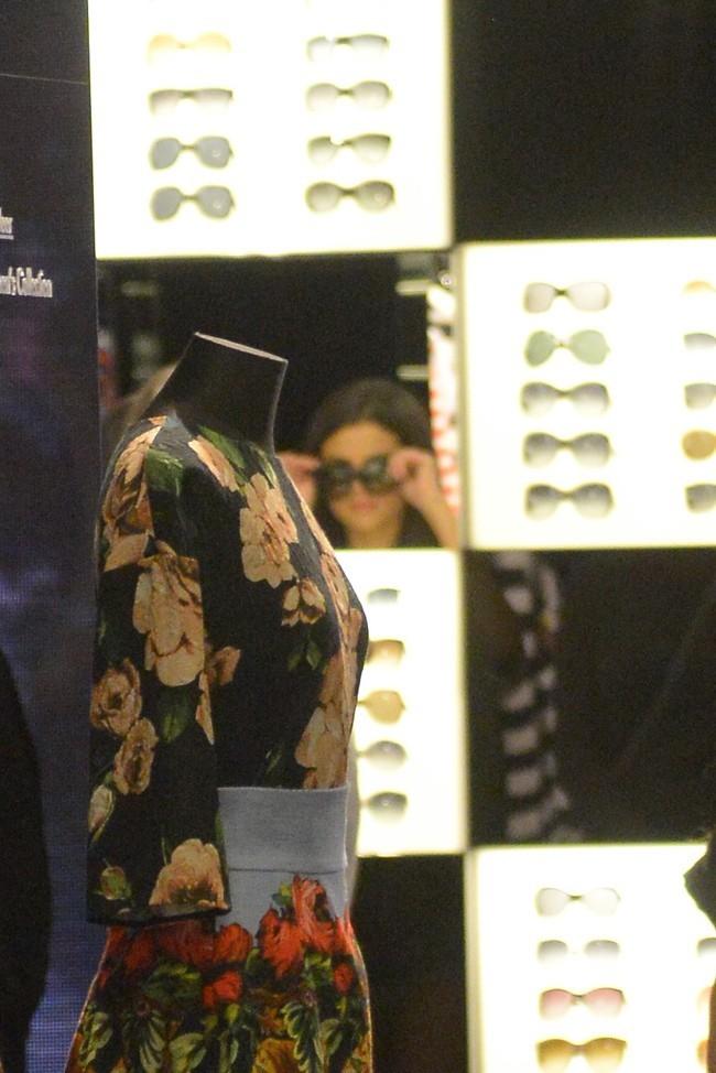 Selena Gomez en plein shopping chez Dolce & Gabbana à Los Angeles le 15 avril 2013
