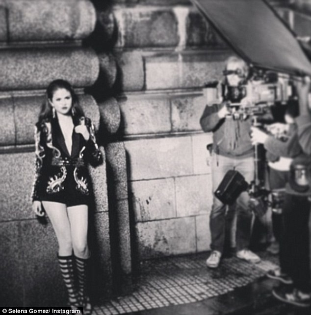 """Selena Gomez dans les coulisses de son clip """"Slow Down""""."""
