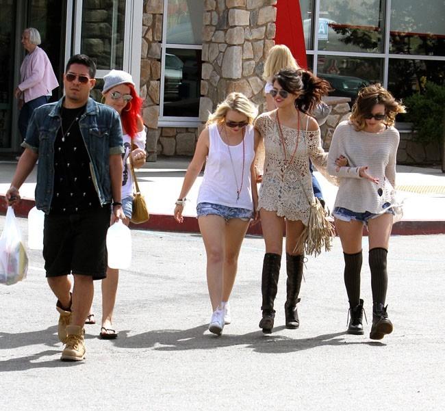 Selena Gomez entourée de ses amies à Los Angeles le 7 avril 2013