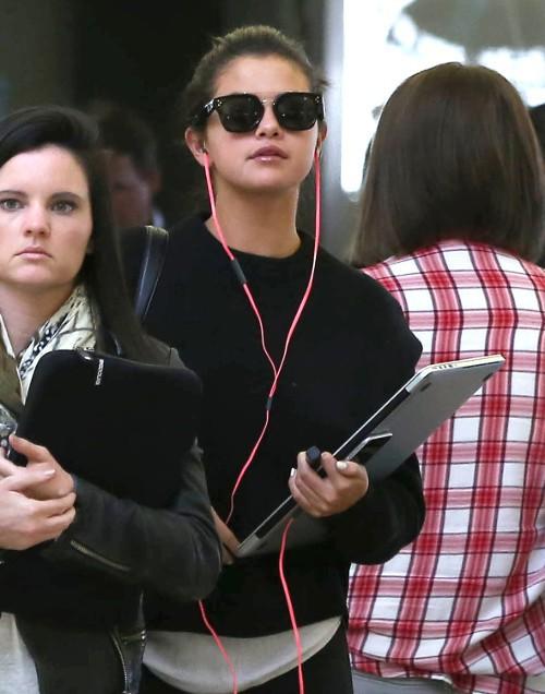 Selena Gomez à l'aéroport de LAX le 5 mai 2015