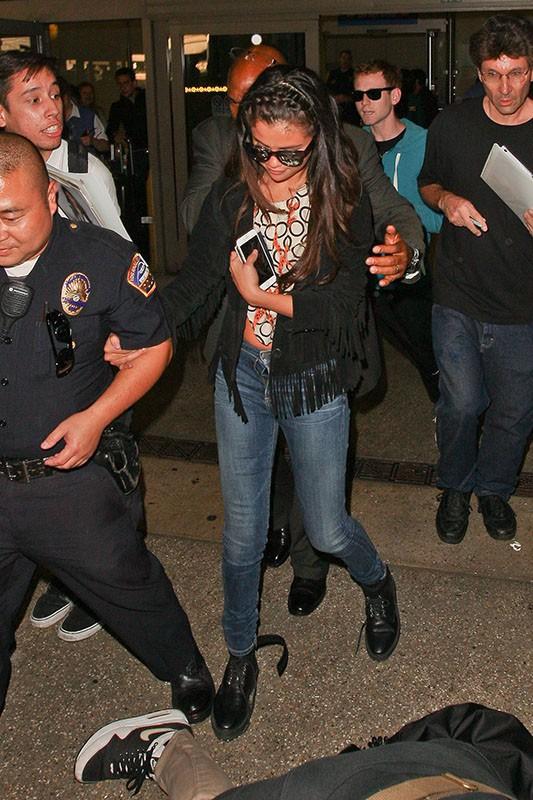Selena Gomez : sourire satisfait et braguette ouverte pour son retour à Los Angeles !