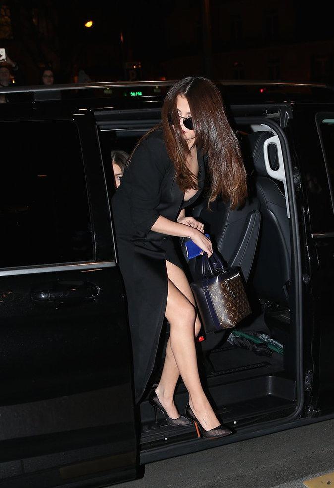Photos : Selena Gomez : toute nue sous son manteau