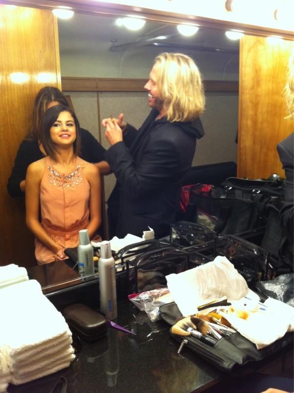 Dans sa loge, avant le concert, elle fait gaffe à sa coiffure !