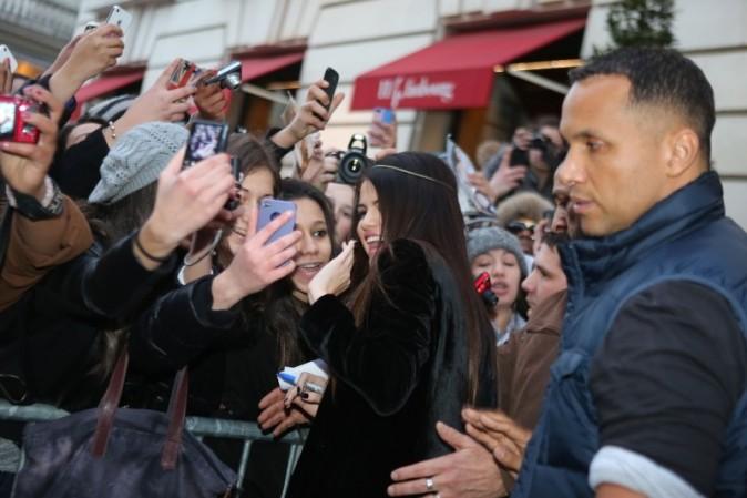 Selena Gomez avec ses fans devant son hôtel parisien, le 17 février 2013.