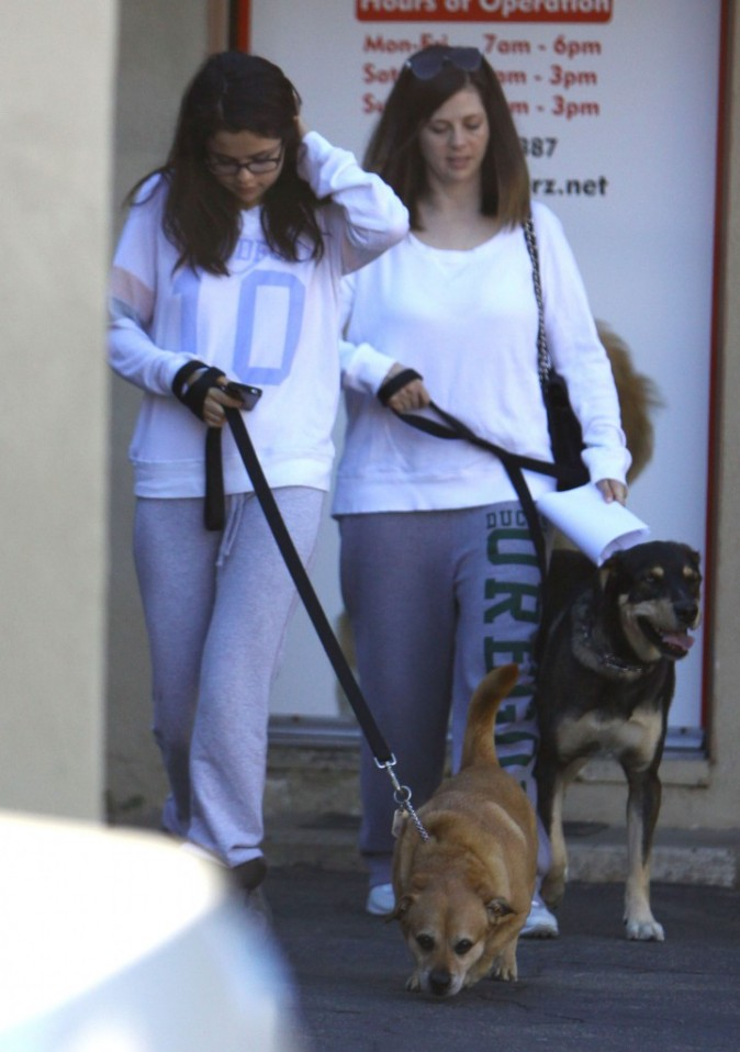 Selena Gomez à la sortie d'une clinique vétérinaire d'Encino le 24 novembre 2012