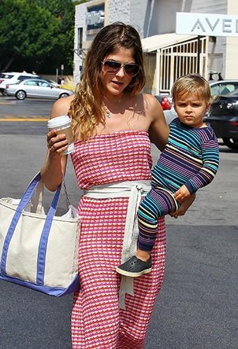 Selma Blair et son fils Arthur à Los Angeles le 6 juillet 2013