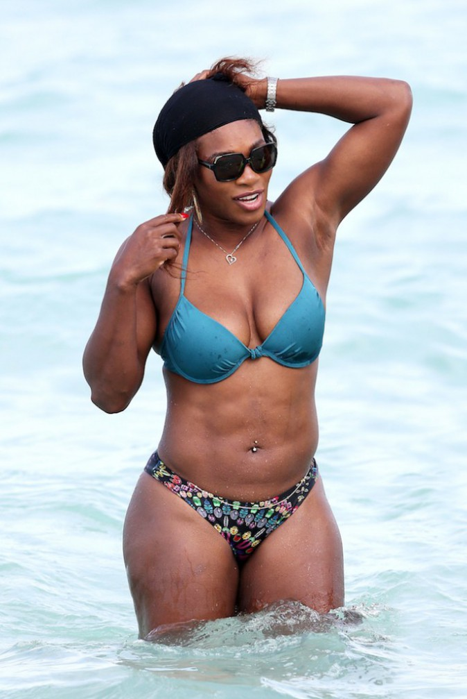 """Photos : Serena Williams : """"J'ai appris à être fière de mes courbes et à accepter mes gros seins"""" !"""
