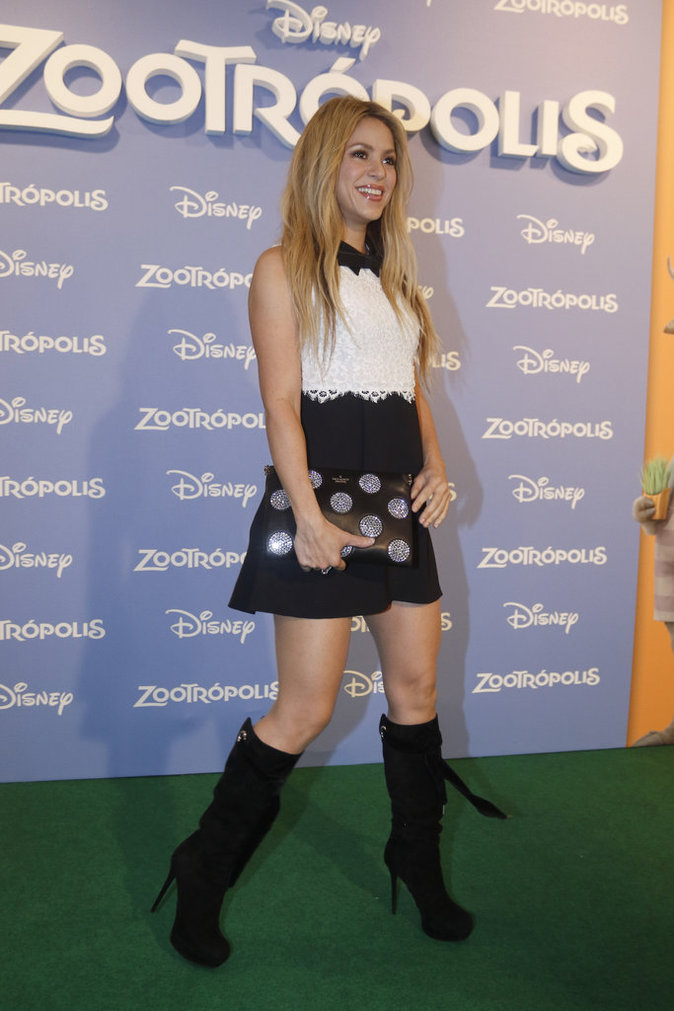 Shakira a opté pour une robe courte noire et blanche