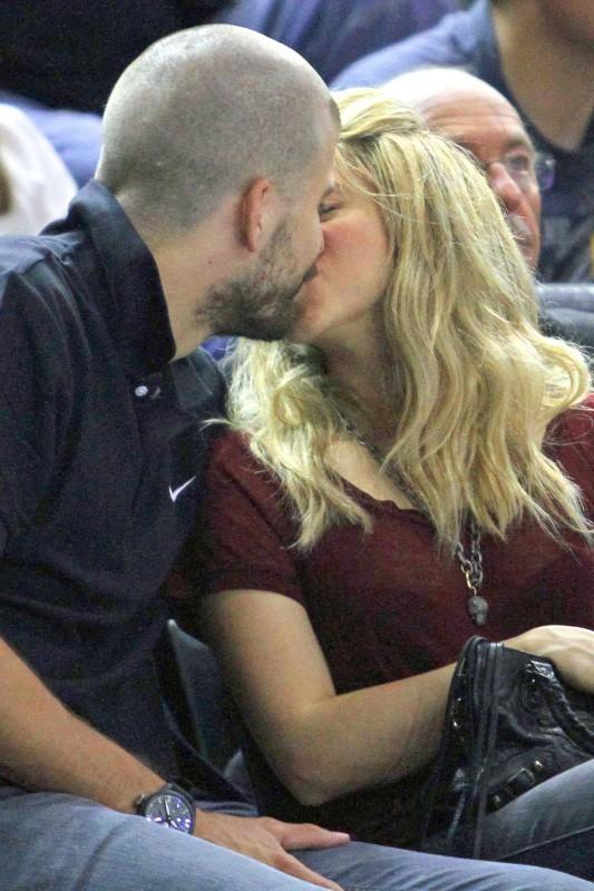 Shakira et Gerard Piqué lors d'un match de basket à Barcelone, le 25 avril 2013.