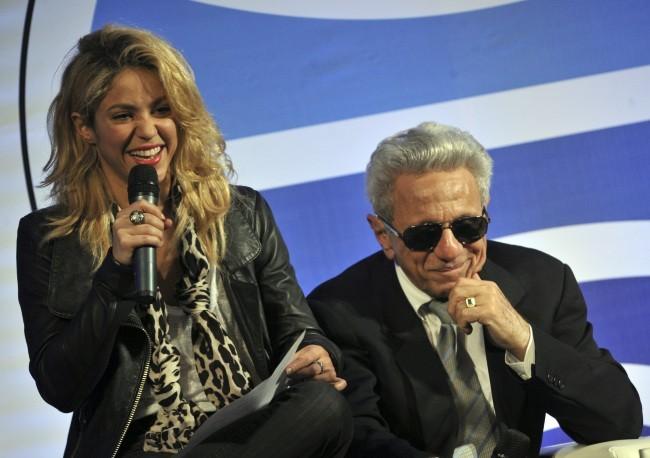 """Shakira et son père William Mebarak Chadid lors du lancement du livre """"Al viento y al azar"""", à Bogota le 5 décembre 2011."""
