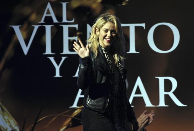 """Shakira lors du lancement du livre de son père,  """"Al viento y al azar"""", à Bogota le 5 décembre 2011."""