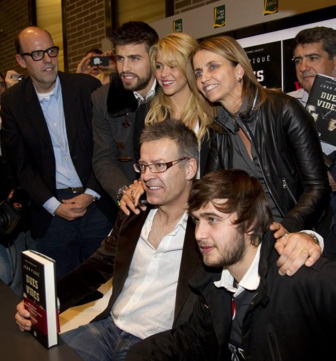 Shakira et Gerard Piqué, entourée des parents du footballeur, au Salon du Livre à Barcelone, le 17 novembre 2011.