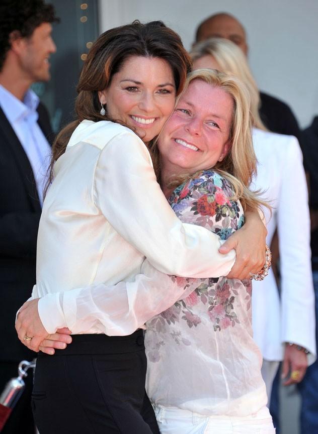 Un gros câlin avec sa soeur Carrie Ann