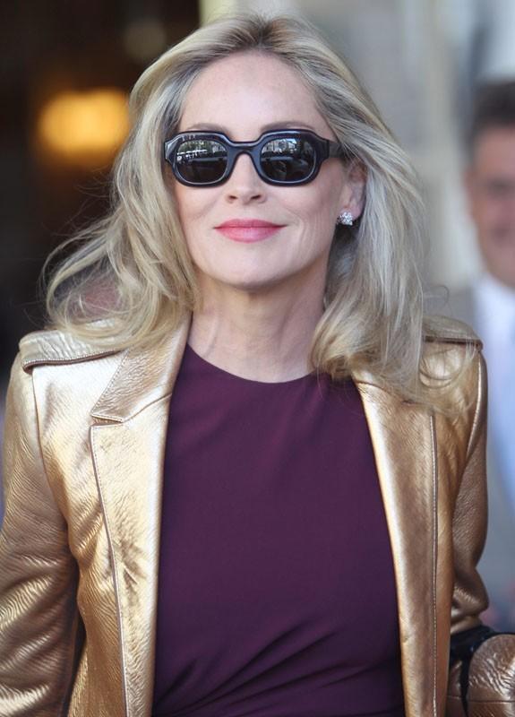 A 54 ans, elle s'amuse avec son look