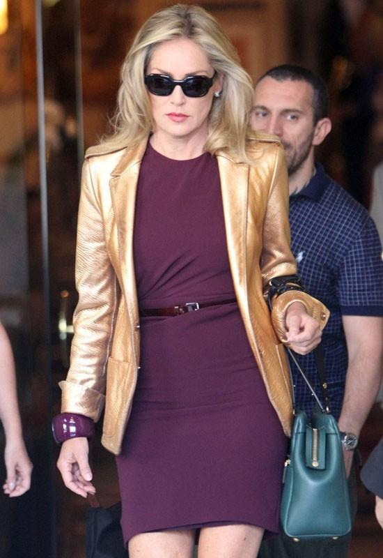 Sharon Stone quitte son hôtel à Madrid